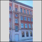 Это Г-образно загнутая часть здания школы, не фасадная. Верхний этаж надстроили при капремонте 1984-1988.