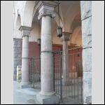 А зря так запущено - это часть старого Петербурга. Конкретно - подворотня в доходном доме Нобеля неподалеку. Архитектор - Лидваль.