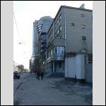 """Вот это """"серое модерновое здание"""" (где """"модный дом"""" написано).  В книге """"слева"""", потому что он шел в другую сторону."""